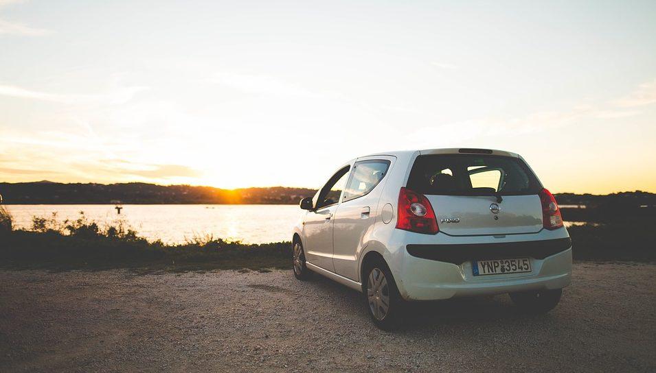Автомобиль у озера.