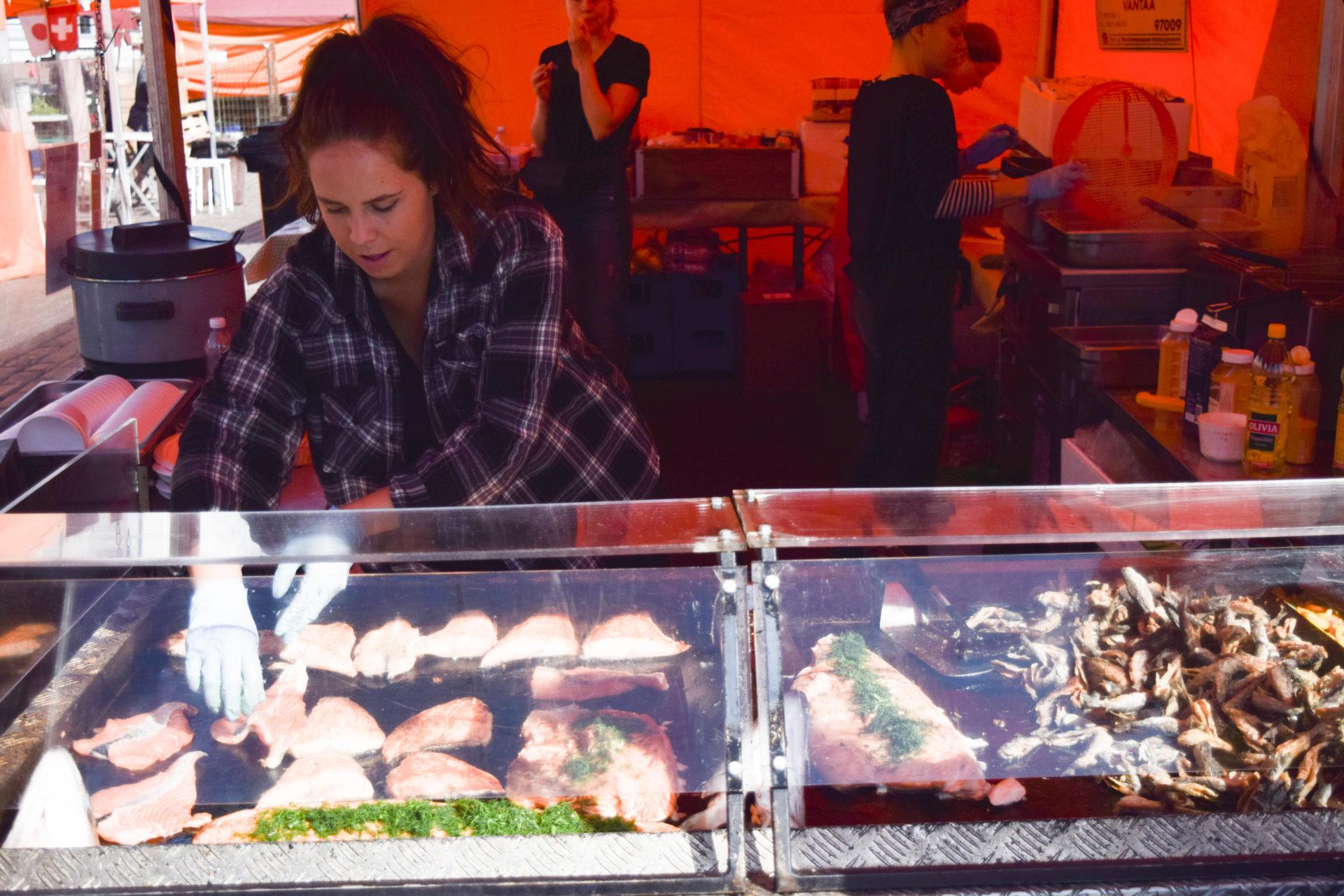 Свежий обжаренный лосось на Рыночной площади.