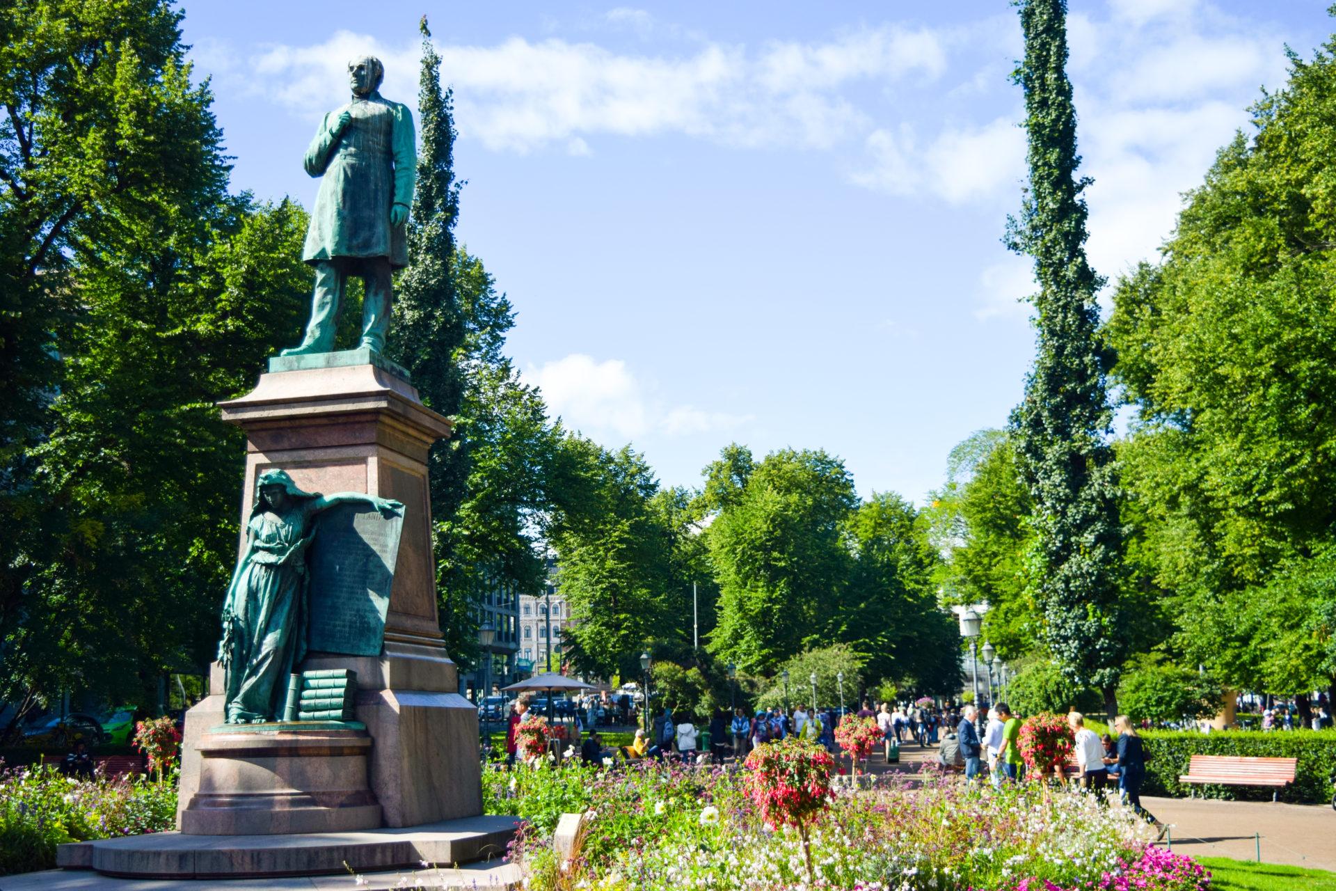 Памятник поэтуЛюдвигу Рунебергу - парк Эспланада, Хельсинки.