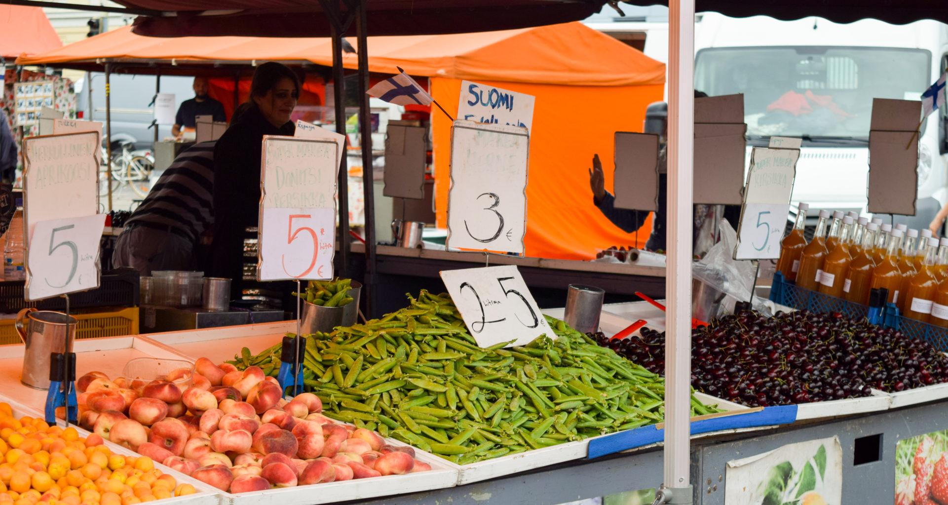 Лавка с фруктами и зеленым горохом на Рыночной площади Хельсинки.