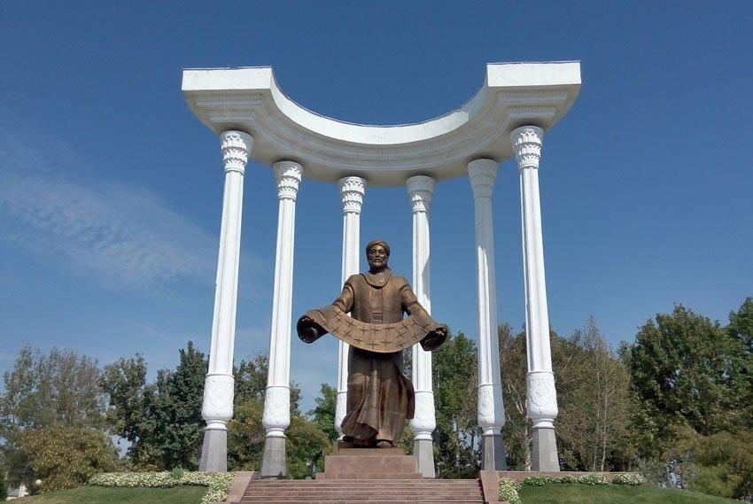 Памятник в центральном парке Ферганы