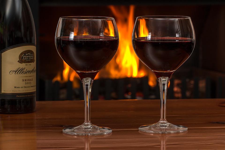 Красное вино в бокалах.