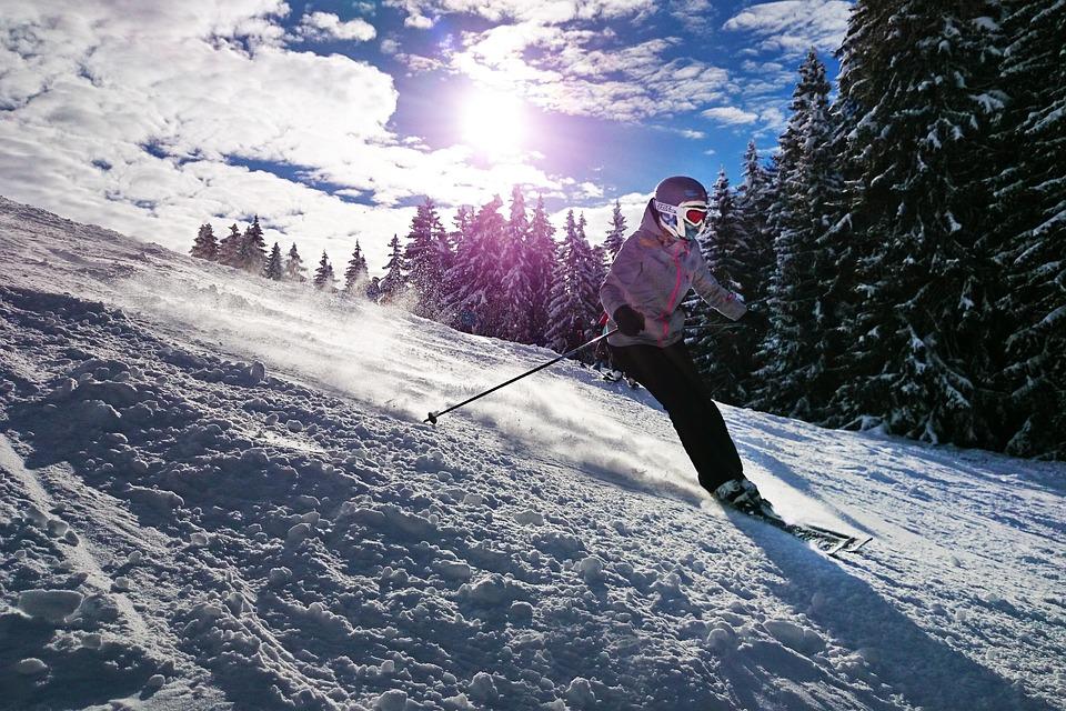Спуск на лыжах с горы.