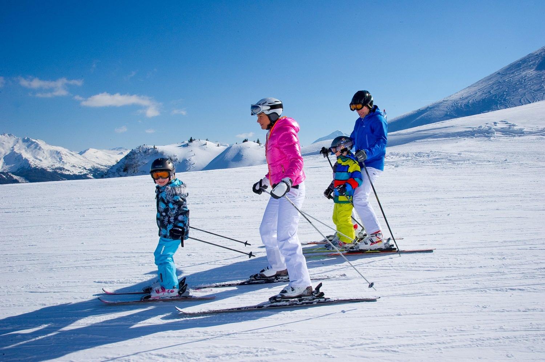 Семья на лыжах.