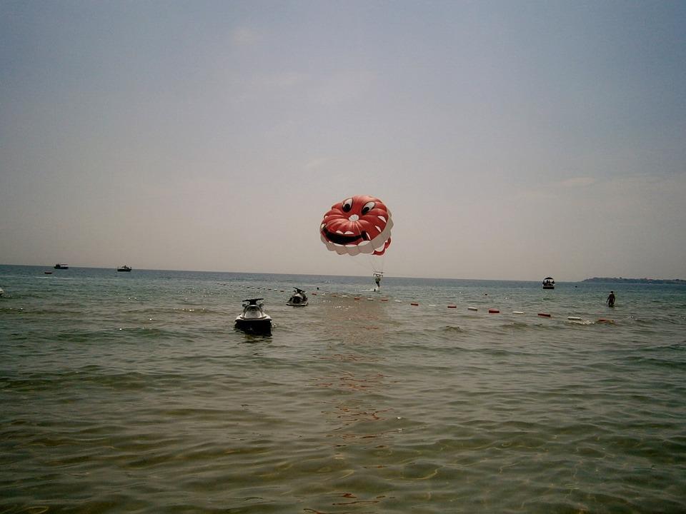 Парашют на море.