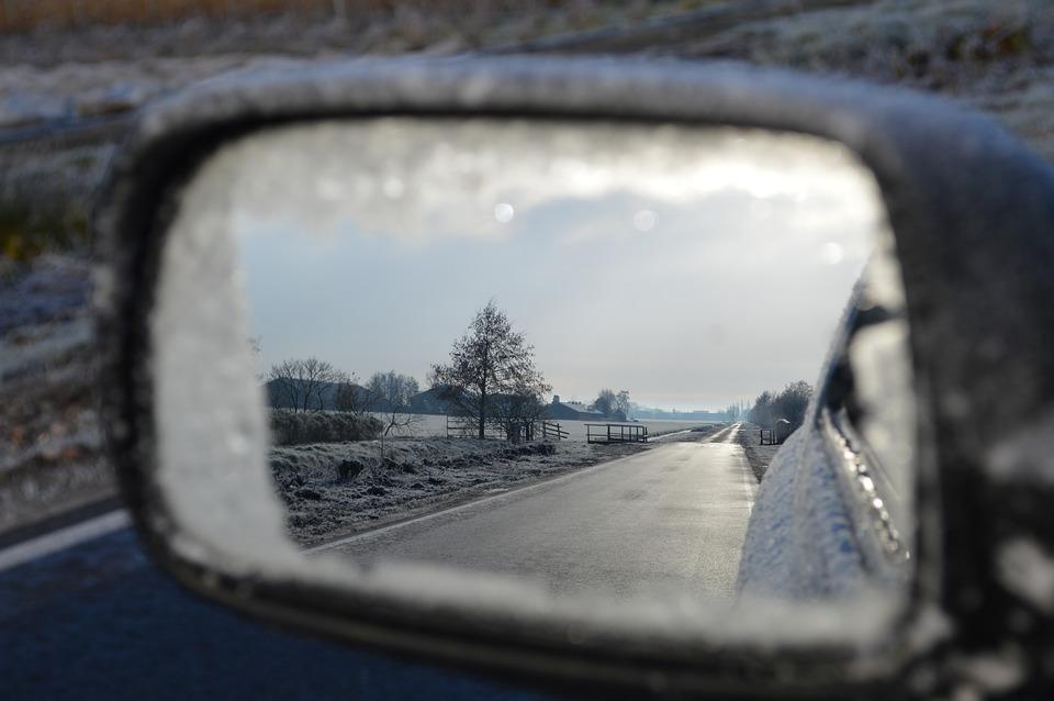 Зеркало автомобиля.