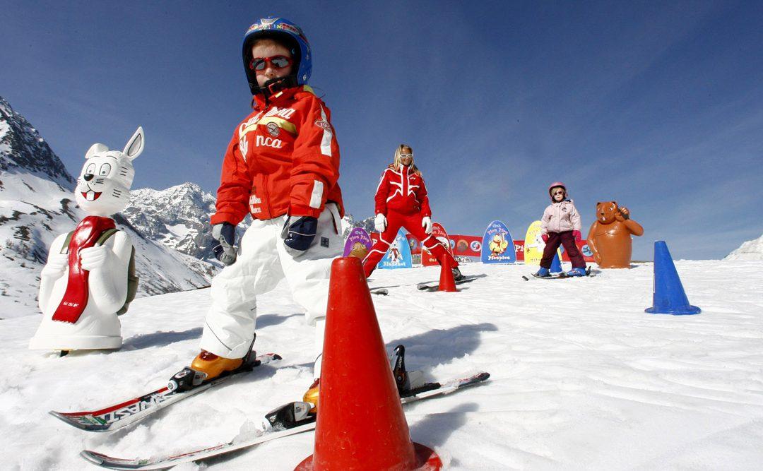 Детские лыжные школы в Банско предлагают широкий спектр обучения.