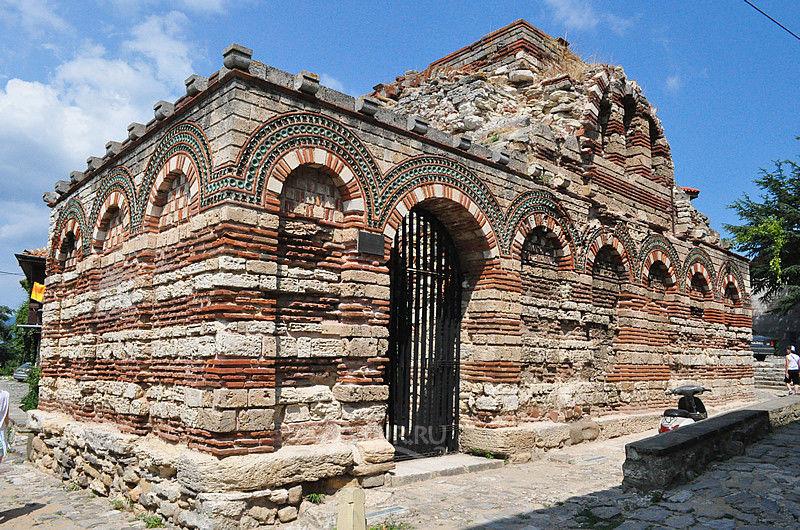 Строение в византийском стиле - храм святых архангелов Михаила и Гавриила.