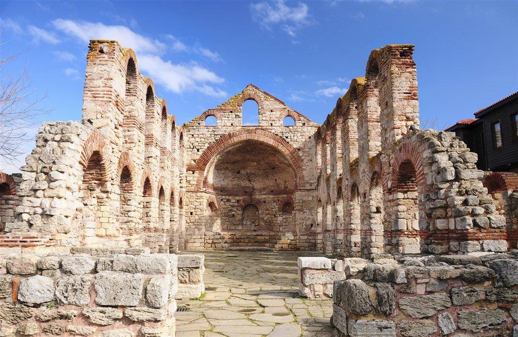 Самая древняя постройка Равды - базилика святой Софии.