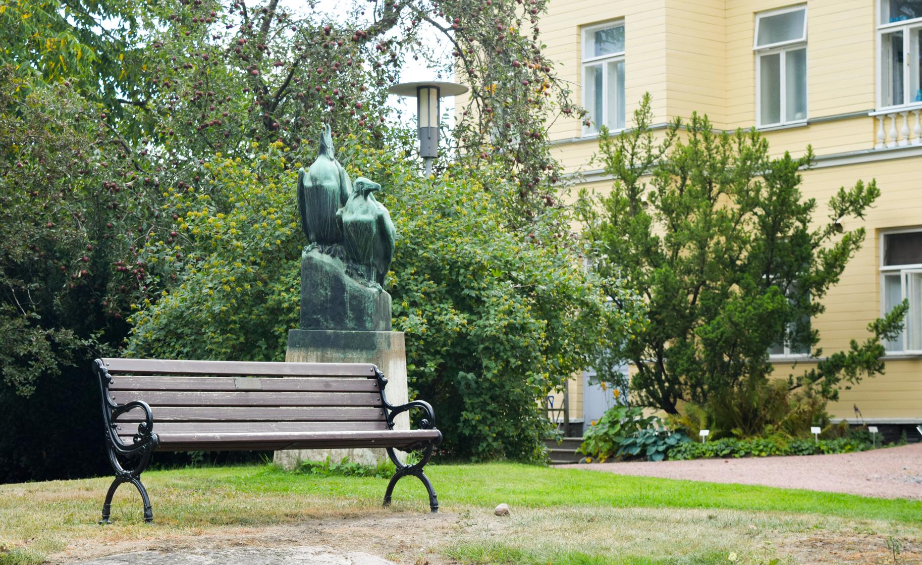 Скульптурная композиция в Ботаническом саду Хельсинки.