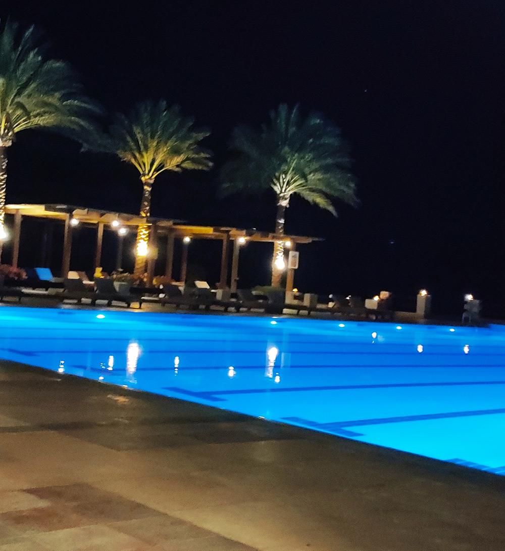 Бассейн в отеле ночью